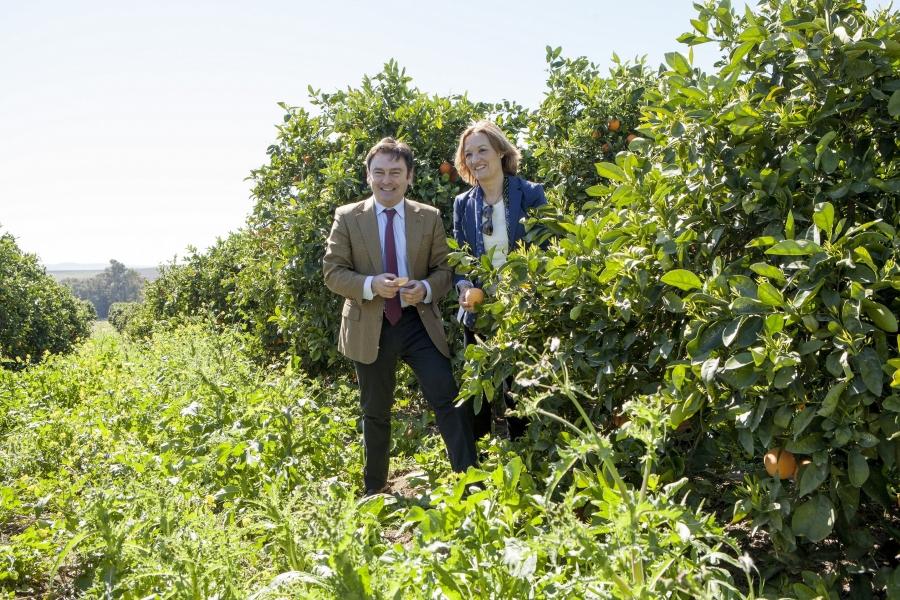 Dña. Carmen Ortíz y D. Luis Bolaños durante la visita a la plantación.