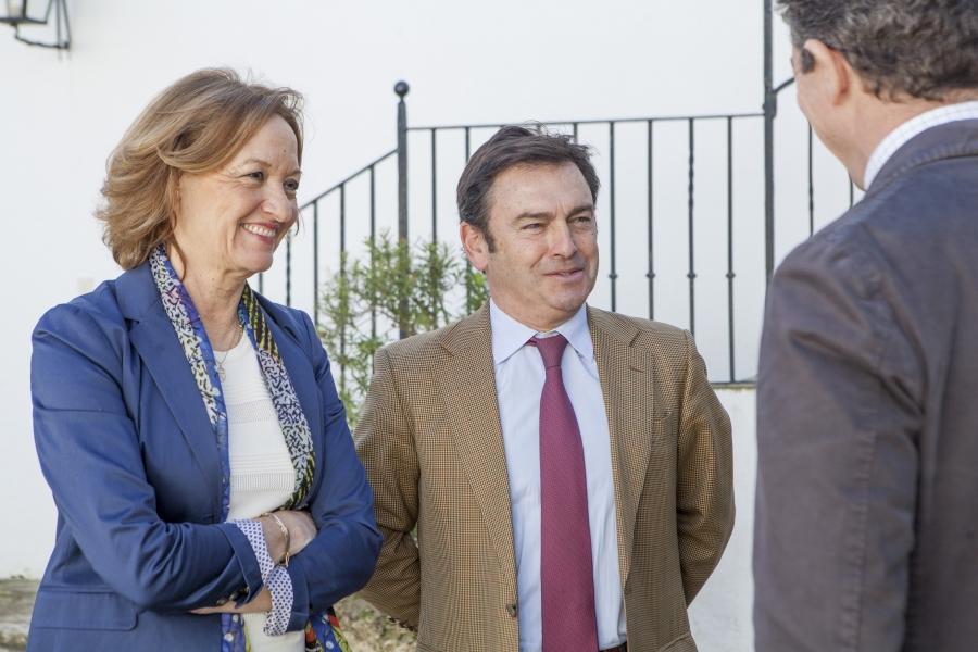 En la imagen, Dña. Carmen Ortíz, Consejera de Agricultura y D. Luis Bolaños, CEO de NaturGreen.